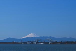千葉遠謀 東京ゲートブリッジと雪景色の富士山青空の写真素材 [FYI04814968]