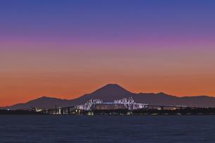 千葉遠望 東京ゲートブリッジライトアップと富士山暮色の写真素材 [FYI04814973]