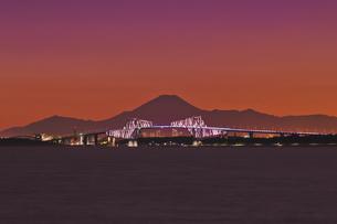 千葉遠望 東京ゲートブリッジライトアップと富士山暮色の写真素材 [FYI04814975]
