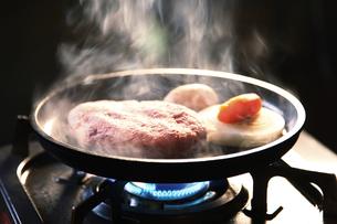 ハンバーグを焼いている工程写真の写真素材 [FYI04815138]