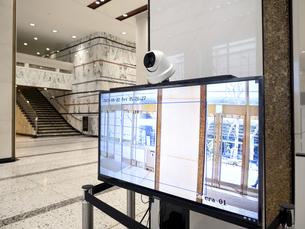 ビルのエントランスに設置されたサーマルカメラの写真素材 [FYI04815254]