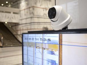 ビルのエントランスに設置されたサーマルカメラの写真素材 [FYI04815256]