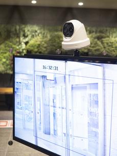 ビルのエントランスに設置されたサーマルカメラの写真素材 [FYI04815259]
