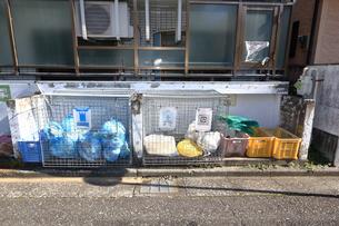 集合住宅のごみ置場の写真素材 [FYI04815511]