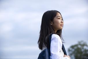 遠くを見ている制服姿の女子学生の横顔の写真素材 [FYI04815711]
