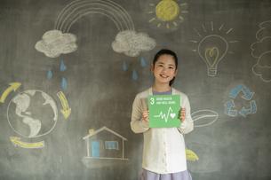 SDGs17の目標アイコンを持つ女の子の写真素材 [FYI04815799]
