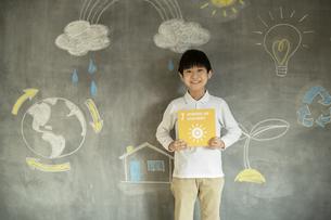 SDGs17の目標アイコンを持つ男の子の写真素材 [FYI04815800]