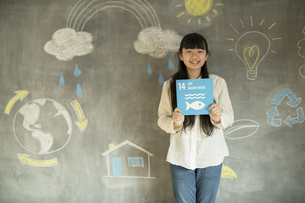 SDGs17の目標アイコンを持つ女の子の写真素材 [FYI04815801]