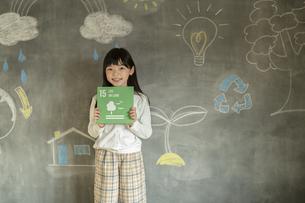 SDGs17の目標アイコンを持つ女の子の写真素材 [FYI04815802]