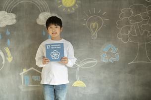 SDGs17の目標アイコンを持つ男の子の写真素材 [FYI04815803]