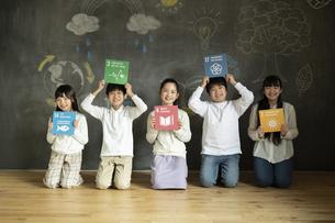 SDGs17の目標アイコンを持つ子どもたちの写真素材 [FYI04815804]