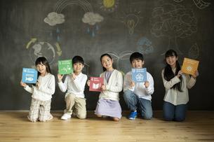 SDGs17の目標アイコンを持つ子どもたちの写真素材 [FYI04815805]