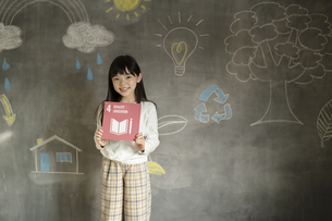 SDGs17の目標アイコンを持つ女の子の写真素材 [FYI04815806]