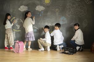 黒板に絵を描く子どもたちの写真素材 [FYI04815815]