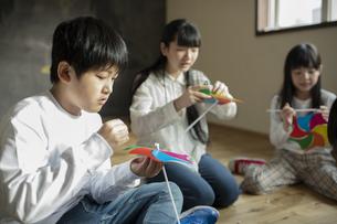 風車をつくる子どもたちの写真素材 [FYI04815818]
