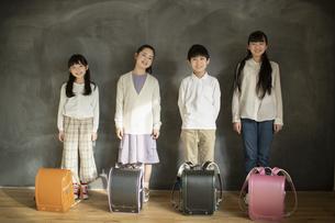 並んで立つ小学生の写真素材 [FYI04815841]