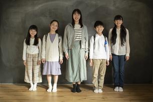 並んで立つ小学生と先生の写真素材 [FYI04815852]