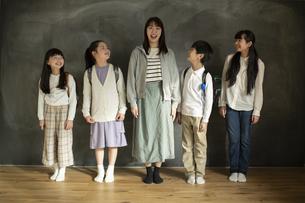 並んで立つ小学生と先生の写真素材 [FYI04815854]