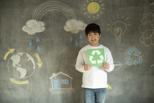 リサイクルマークを持つ男の子の写真素材 [FYI04815858]