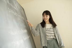 教壇に立つ若い女性教師の写真素材 [FYI04815867]