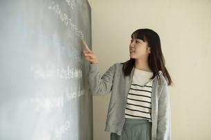 教壇に立つ若い女性教師の写真素材 [FYI04815868]
