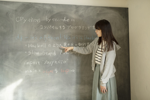 教壇に立つ若い女性教師の写真素材 [FYI04815869]