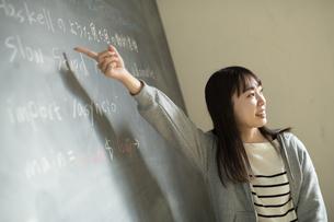 教壇に立つ若い女性教師の写真素材 [FYI04815872]