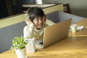 オンライン授業を受ける男の子の写真素材 [FYI04815890]