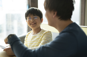 タブレットで学習する男の子と家庭教師の写真素材 [FYI04815895]