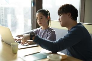 パソコンで学習する女の子と家庭教師の写真素材 [FYI04815902]