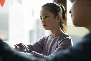 パソコンで学習する女の子と家庭教師の写真素材 [FYI04815903]
