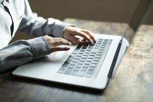 パソコンで学習する男の子の手元の写真素材 [FYI04815916]
