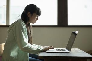 パソコンで学習する女の子の写真素材 [FYI04815927]