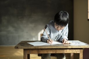 書き取りする男の子の写真素材 [FYI04815942]