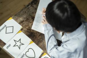 書き取りする男の子の写真素材 [FYI04815946]