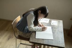 書き取りする女の子の写真素材 [FYI04815952]