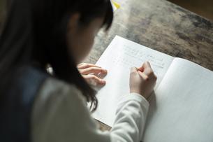 書き取りする女の子の写真素材 [FYI04815953]