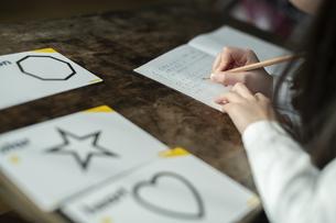 書き取りする女の子の写真素材 [FYI04815954]