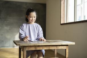 タブレットで学習する女の子の写真素材 [FYI04815955]