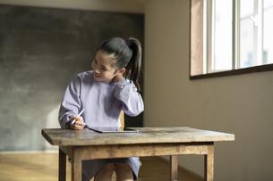 タブレットで学習する女の子の写真素材 [FYI04815956]