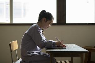 タブレットで学習する女の子の写真素材 [FYI04815957]