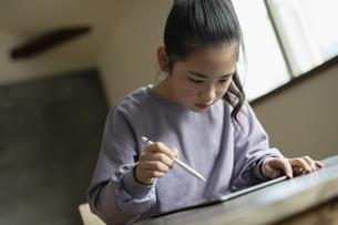 タブレットで学習する女の子の写真素材 [FYI04815958]
