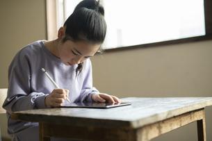 タブレットで学習する女の子の写真素材 [FYI04815959]