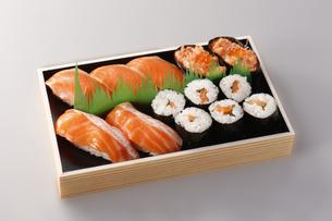 サーモン寿司弁当の写真素材 [FYI04815976]