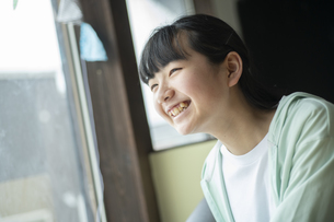 窓の外を見つめる女の子の写真素材 [FYI04816069]