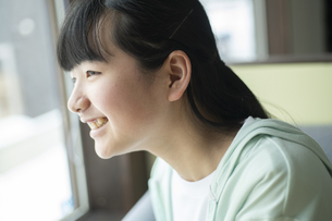 窓の外を見つめる女の子の写真素材 [FYI04816070]