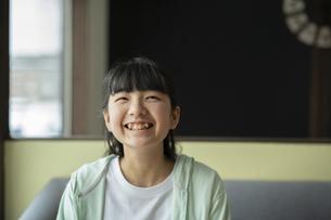 笑顔の女の子の写真素材 [FYI04816073]