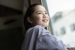 窓の外を見つめる女の子の写真素材 [FYI04816075]