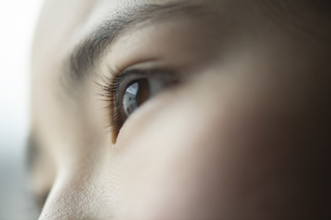 遠くを見つめる女の子の写真素材 [FYI04816081]