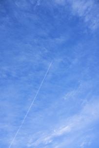 青空と巻雲と飛行機雲と月の写真素材 [FYI04816118]